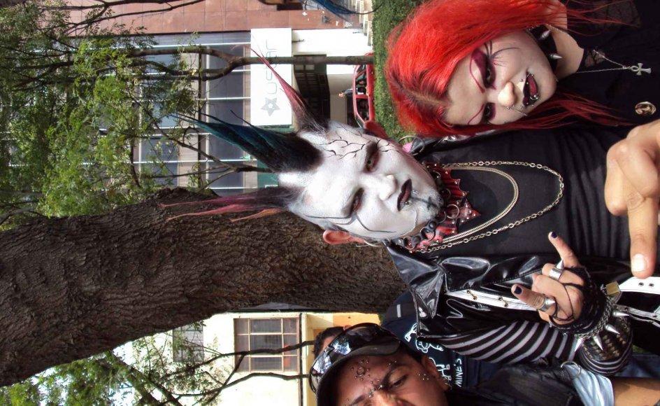 I store dele af populærkulturen bruges Satan som underholdning og symbolik. Her ses en gruppe Heavy Metal-fans.