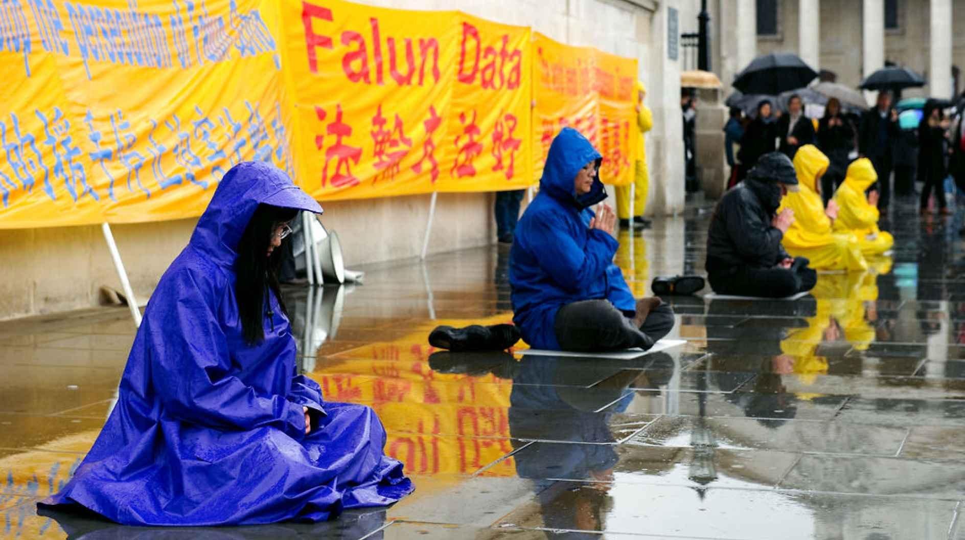 Falun Gong eller Falun Dafa er en af de religiøse bevægelser, der ikke er lovlige i Kina. Trods religionsfrihed på papiret er kun fem religioner anerkendte i landet og kun under skarp statslig kontrol. Alligevel vinder folkereligionen dog stille ind, mener forsker. Billedet er fra en demonstration i London den 28. april 2012.