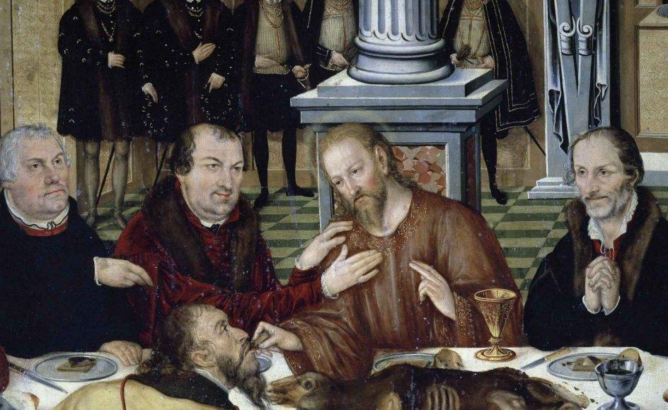 """De protestantiske teologer Martin Luther (tv.)og Philipp Melanchthon (yderst th.) har indtaget apostlenes plads på udsnittet af dette maleri, som er malet af Lucas Cranach den yngre. Billedet hedder """"Den sidste nadver"""", er fra 1565 og hænger i dag i Dorfkirche Mildensee i nærheden af Dessau. –"""