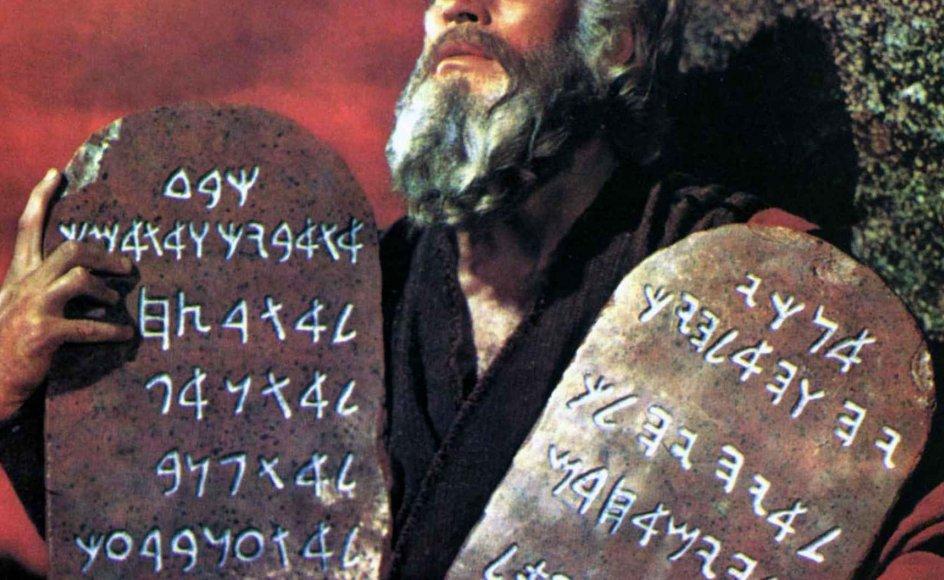 """Filmen """"The Ten Commandments"""" fra 1956 gik over i historien som Hollywoods definition på en storslået, episk film. Filmen om de 10 bud høstede mange Oscar nomineringer. Rollen som Moses blev spillet af Charlton Heston. Vi følger Moses fra tiden som egyptisk prins til han står som leder af det israelitiske folk."""