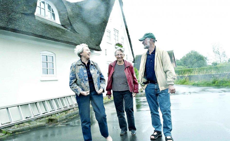 Øen Årø i Lillebælt er fast holdepunkt for en flok søskende, der blandt andet tæller (fra venstre) Åse Frovin Jensen, Hedvig Barsøe og Per Schultz Jørgensen. Deres mors slægt har haft til huse på Årø siden 1600-tallet, og nu mødes hendes efterkommere ofte på øen.