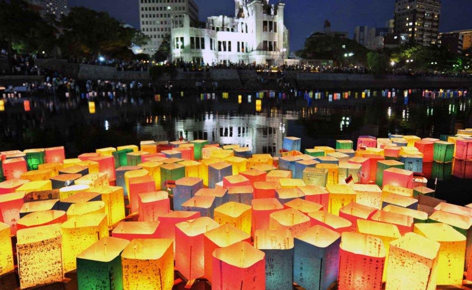 Papirlanterner flyder på årsdagen for atombomben på Motoyasu-floden i Hiroshima.