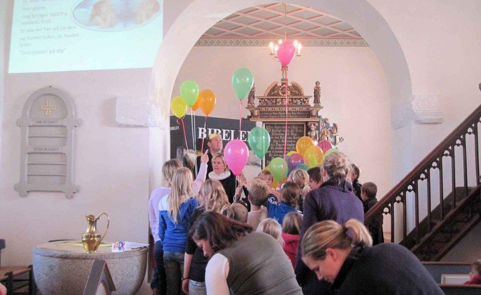 Kirken lever, når Gerda Neergaard inviterer til spaghettigudstjenester. De er så stor en succes, at hun nu har valgt at lave en bog om dem. – Privatfoto.