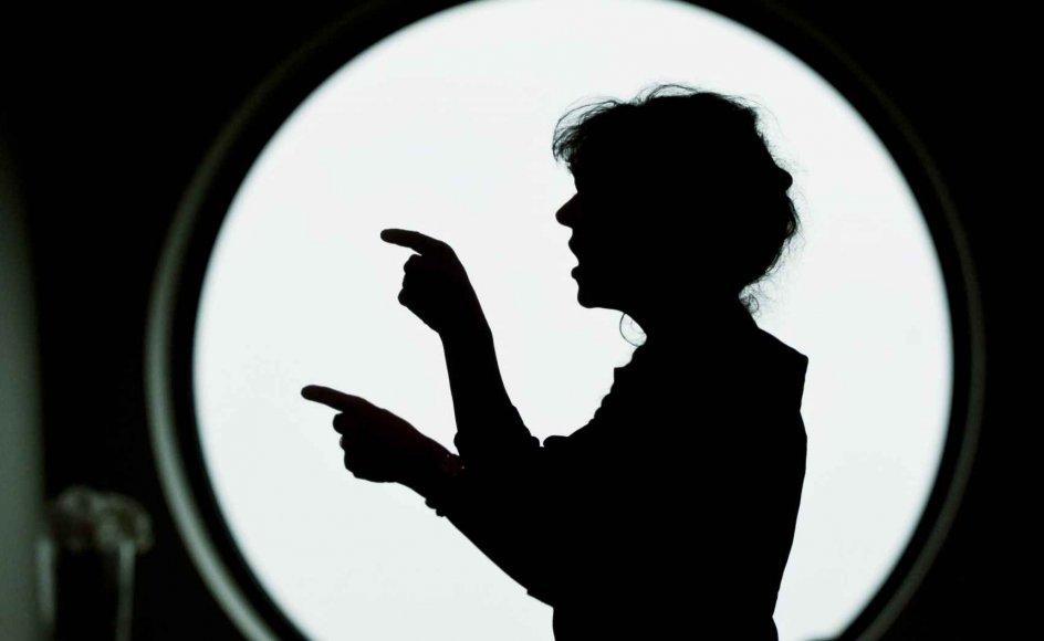 Louise Adrian dirigerer under fangekorets optræden i Middelfart. –