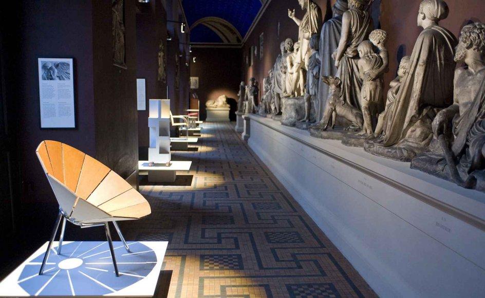 Nyt møder gammelt på Thorvaldsens Museum i disse dage. Forrest til venstre ses en stol, tegnet af Carlo Volf, og den udgør sammen med 40 andre værker årets udgave af Snedkernes Efterårsudstilling.