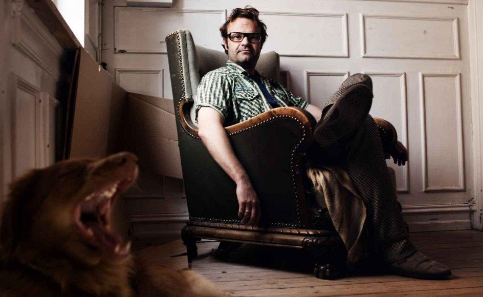 Om det er ved tastaturet eller på en af gåturene til Storebæltsbroen med hunden Susi, bliver Jens Blendstrup ved med at tage livtag med sin far, der døde i 2001.