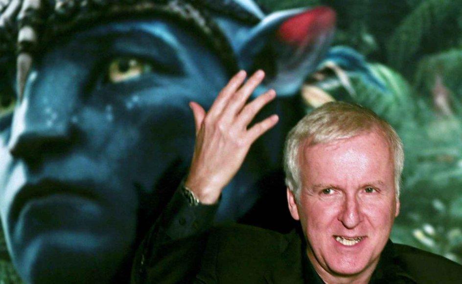 """""""Denne alvorligt mente, naturreligiøse nisse-trend skal tages alvorligt, fordi den forleder mennesker til at tro, at livets bestemmelse er at finde i en mystisk balance mellem egne sanser, bestemte følelser, økologi og en upersonlig guddom med meget blød kant,"""" skriver Jacob Carl Christensen om dyrkelsen af filmen Avatar. På billedet ses instruktør James Cameron ved en præsentation af filmen."""