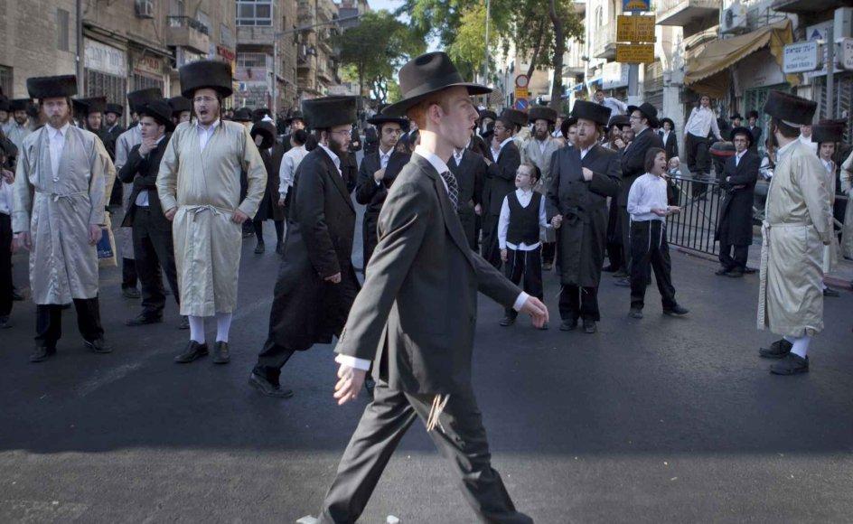 Hver lørdag samles ultra-ortodokse jøder på Rehov HaNeviim (Profetgaden) i Jerusalem, for at demonstrere mod bilkørsel under sabbatten. De ønsker, at gaderne rundt om det ultraortodokse kvarter Mea Shearim bliver lukket for trafik om lørdagen, ligesom gaderne inde i kvarteret er. –