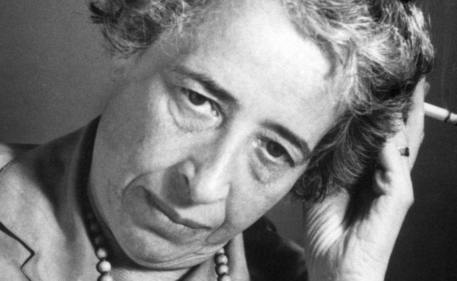 Hannah Arendt opfattede de totalitære ideologier som født af massesamfundet, der afskar mange mennesker fra deres tidligere bånd til klasse og andre fællesskaber. –