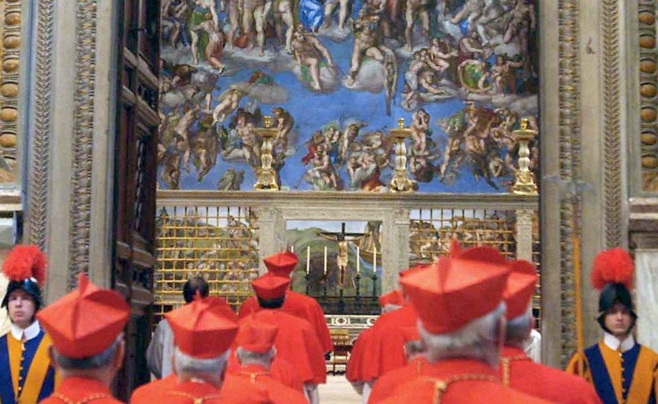 Kardinalerne på vej ind i Det Sixtinske Kapel i 2005 før valget af pave Benedikt XVI, som overraskende meddelte sin afgang tidligere på ugen. Kardinal var oprindeligt en titel, pavens rådgivere fik. I dag er de alle bispe-viede, uanset om de har et stift eller ej, og tituleres som ærkebiskopper. I alt er der 209 kardinaler, men kun de 118 kan vælge pave, fordi en stemmeberettiget kardinal ikke må være over 80 år. –