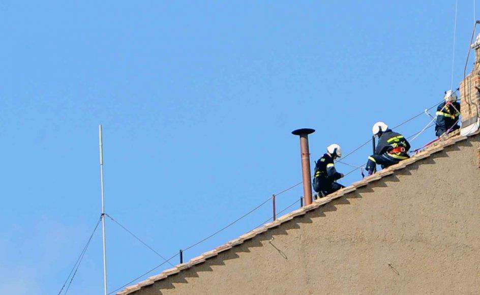 På billedet installeres den skorsten, som den hvide røg kommer ud af, når der er valgt en ny pave. En af den nye paves første opgaver bliver at vælge et nyt navn. –