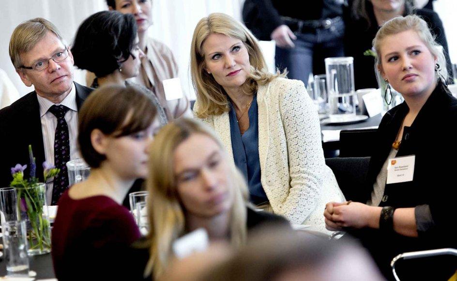 Helle Thorning-Schmidt (S) begyndte sin politiske karriere som aktiv i et elevråd. Her sidder hun ved siden af den ifølge iagttagere oplagte fremtidige arvtager, formanden for de danske elever, 16-årige Vera Rosenbeck. –