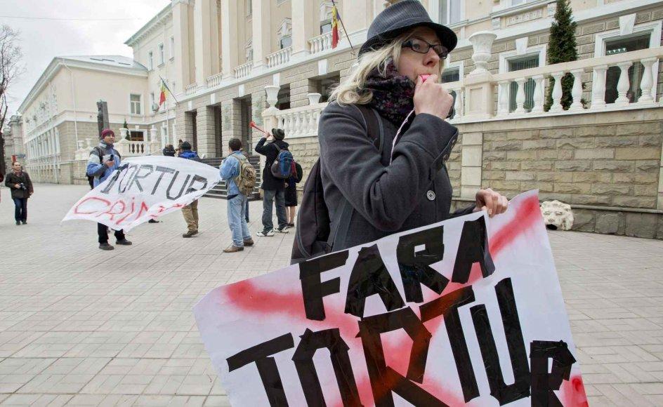 """""""Noget af det, der har påvirket mig mest, har været at se folk klage over de samme overgreb i så mange forskellige lande med de samme ord, med den samme gestik og med den samme følelse,"""" siger Francois Zimeray, Frankrigs ambassadør for menneskerettigheder. Her demonstrerer lokale foran parlamentet i Moldovas hovedstad, Chisinau, mod tortur. –"""
