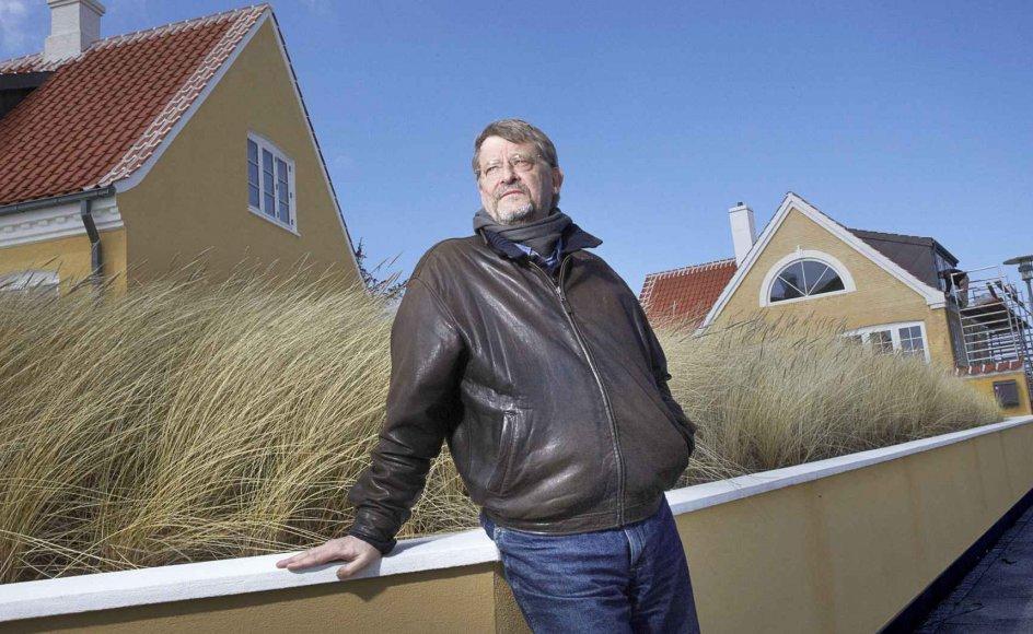 """Professor Ove Kaj Pedersen er forfatter til blandt andet artiklen """"Grundloven og den danske stat"""" og bogen """"Konkurrence-staten"""". Den seneste udgave af Grundloven, som i morgen fylder 60 år, har været et referencepunkt i hans forskning gennem fire årtier. Her er Ove Kaj Pedersen fotograferet i barndommens by, Skagen. –"""