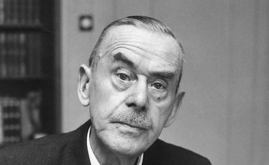 Thomas Mann levede i årene 1875 til 1955 og modtog Nobelprisen i litteratur i 1929. På flugt fra nazismen slog han sig ned i USA i 1940, hvor han blev professor ved Princeton-universitetet. –