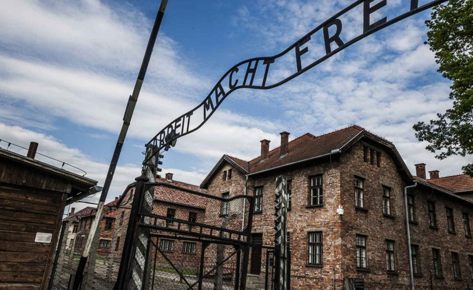 """""""Det handler om nødvendigheden af at tackle sin fortid, når den gør ondt,"""" siger Nils Arne Sørensen, professor i historie. På billedet ses hovedindgangen til den berygtede koncentrationslejr Auschwitz, der blev benyttet af nazisterne under Anden Verdenskrig til at udrydde jøder og politiske modstandere."""
