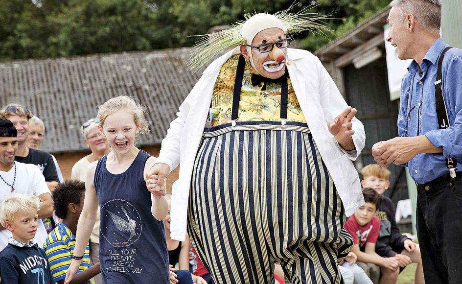 Klovnen Paolo Nani optræder i gården under Kulturmødet i Nykøbing Mors. –