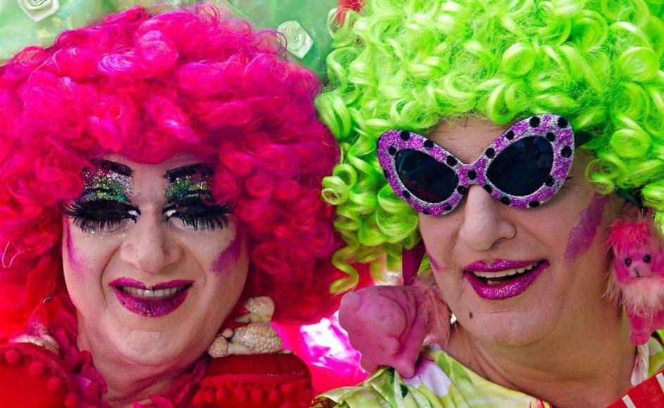 To smilende deltagere med paryk, makeup og solbriller poserer for en fotograf i forbindelse med ChristopherStreet Day i Stuttgart i Tyskland, den 27. juli 2013. Omkring 3000 mennesker deltog og demonstrerede for lige rettigheder for bøsser, lesbiske,  biseksuelle og transkønnede.