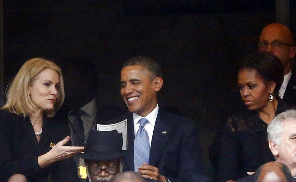 Den amerikanske præsident, Barack Obama (i midten), da han til Nelson Mandelas mindehøjtidelighed sad ved siden af den danske statsminister, Helle Thorning Schmidt (S) i venstre side af billedet, som tog et 'selfie' på sin mobiltelefon.