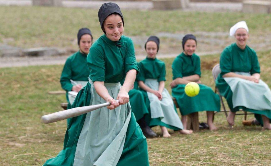 Amish-piger spiller softball - her i genkendelig amish-beklædning for piger.
