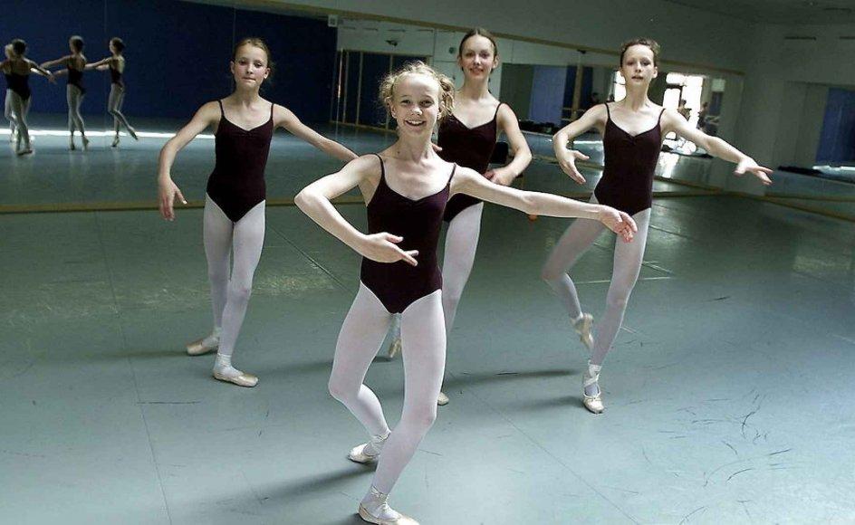 Tre dansere på balletskolen i Holstebro, der i 1996 som den første af Det Kgl. Teaters balletskoler blev åbnet uden for København.