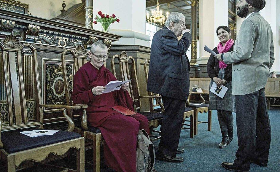 Kyndelmisse fejredes med en dialoggudstjeneste, der bragte den tibetansk buddhistiske nonne Ani Tenzin, sikhen Parvinder Singh Randhawa og tidligere overrabbiner Bent Melchior sammen i Helligåndskirken i København i går. –