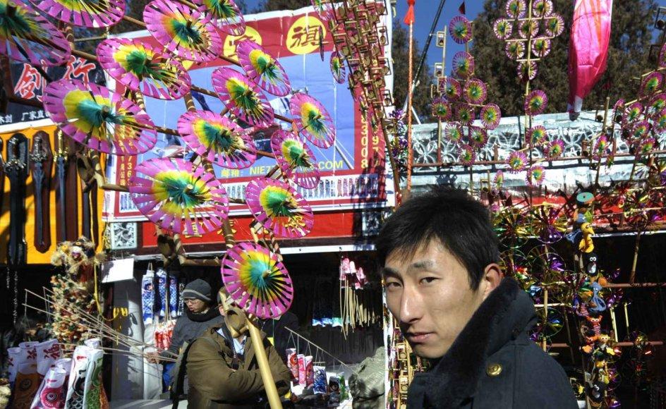 En kinesisk mand foran Ditan Temple-markedet i Beijing. Markedet åbner i anledning af det kinesiske nytår.