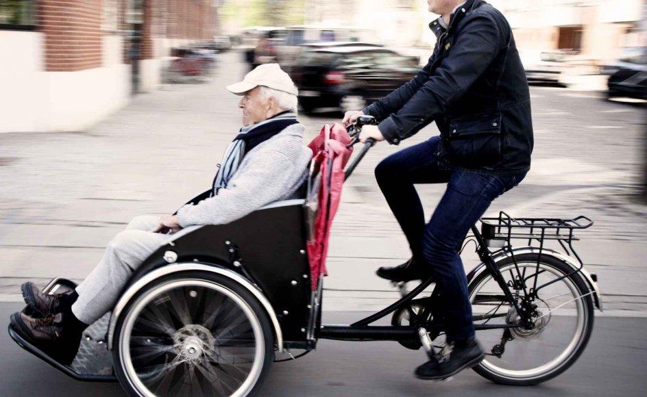 """47-årige Ole Kassow og 96-årige Thorkild Thim er blevet gode venner efter mange cykelture rundt i København. Ole Kassow er initiativtager til projektet """"Cykling uden alder"""", hvor frivillige cykler ældre rundt på rickshawcykler, så de kan komme lidt væk fra plejecentrene og ud i den friske luft."""