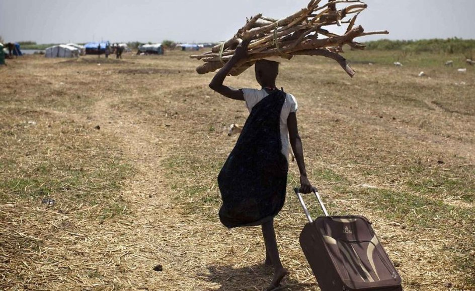 EU er blevet en uundværlig indtægtskilde for danske nødhjælpsorganisationer. På billedet ses en kvinde i Sydsudan på vej mod en af tre teltlejre, som Danmark har bygget. Landet er præget er uroligheder og en halv million mennesker er på flugt.