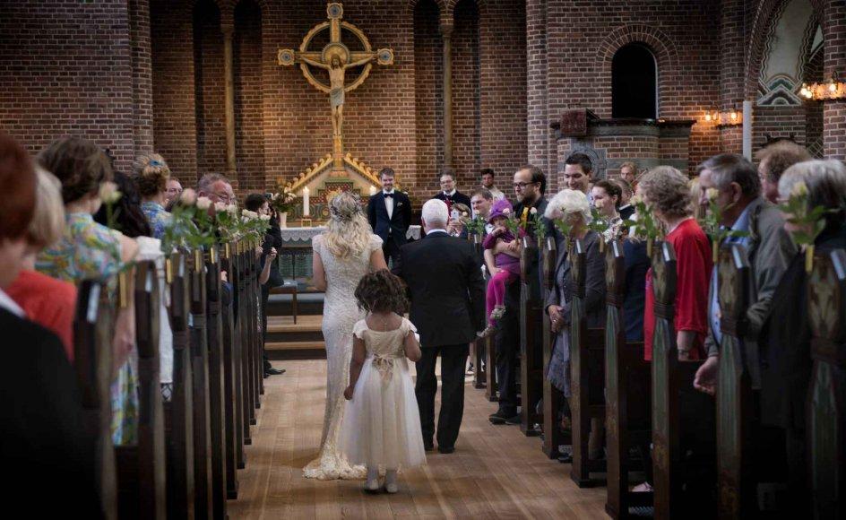 Endelig kan Gerhard og Silvia Mikkelsen kysse hinanden. Fra i dag kan de kalde sig mand og kone. Klik på pilene og se flere billeder fra brylluppet.