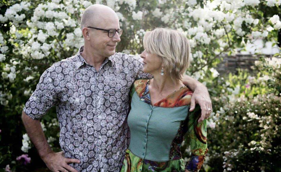"""""""Man hører tit ægtepar på vores alder sige, at de ikke behøver tale sammen, for de ved, hvad den anden tænker. Sådan har jeg det ikke med Søren. Han er stadig udfordrende at være sammen med, og jeg bliver aldrig træt af at tale med ham. Han kan stadig overraske mig,"""" siger Dorthe Madsen, der her står sammen med sin mand, Søren Ivarsson. Se flere billeder på de næste sider"""