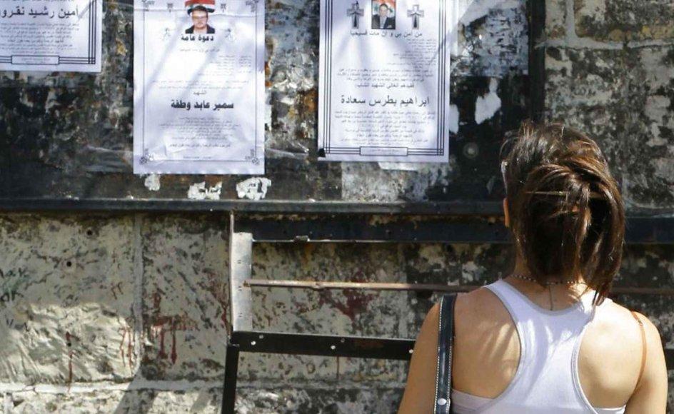 En kristen kvinde læser en besked om et dødsfald på en opslagstavle på torvet i Mararita, en kristen by i Syriens centrale Homs-region, der ligger cirka 200 kilometer nordvest for hovedstaden Damaskus. Den slags beskeder har der været mange af i årene, efter at oprøret mod præsident Bashar al-Assad brød ud. ,