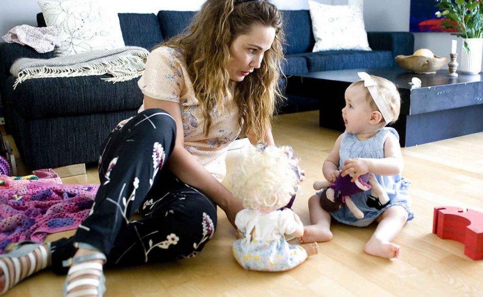 Julie Wennikes datter Ellen nyder godt af sin mor dagen lang. Julie har fravalgt arbejdslivet for at passe sin 11. måneder gamle datter.
