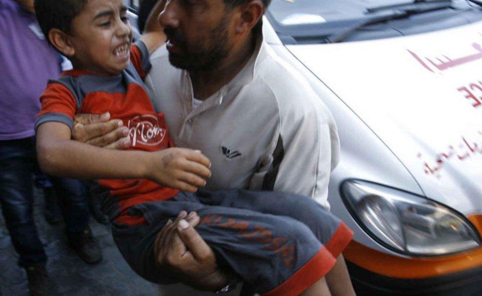En såret dreng bæres ind på et hospital i det sydlige Gaza. Det forlyder, at det samlede dødstal er på 746, mens 4633 er blevet såret, siden Israel begyndte at angribe Gaza.