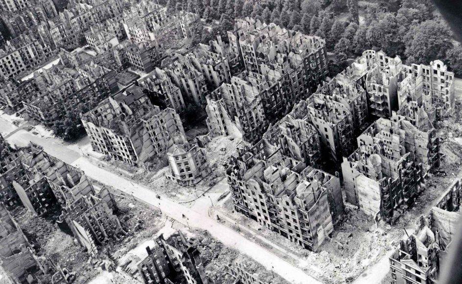 Op mod 600.000 tyske civile blev ofre for de allieredes bombefly i slutningen af Anden Verdenskrig. Hamborg blev for eksempel næsten jævnet med jorden.