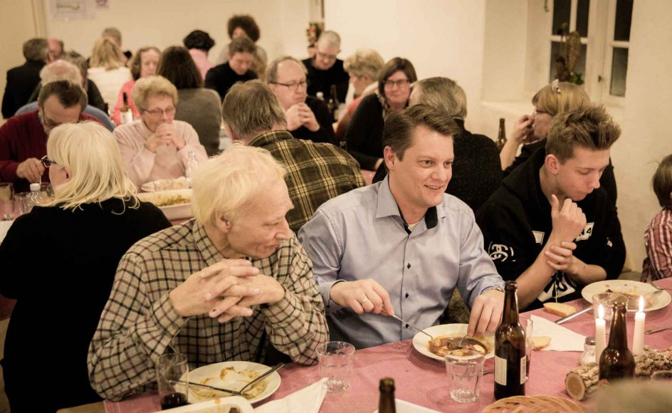 """""""Der er en række politiske og sociale sammenhænge, som udfordrer hverdagslivet i civilsamfundet, men i vores selvforståelse vægter vi måltidet,"""" siger Johannes Andersen, som er samfundsforsker. Her ses en aften i Esrum Klosters fælleskøkken."""
