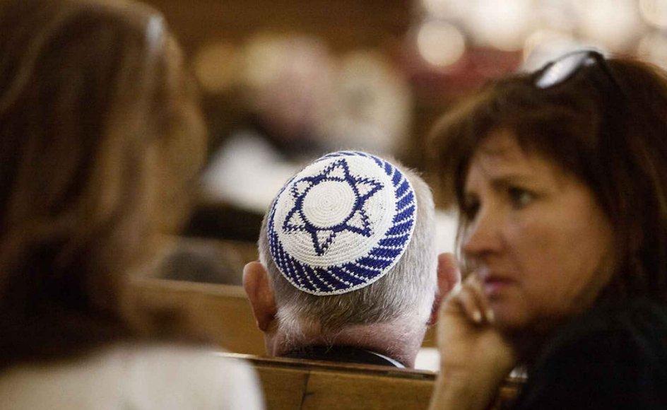 Det Jødiske Samfund Danmark har registreret mindst 29 fysiske, verbale eller virtuelle overgreb på danske jøder siden Gaza-konfliktens udbrud i juli. I et tilfælde er en mand, der bar en davidsstjerne om halsen, blevet spyttet på, og gerningsmanden forsøgte at flå stjernen af ham.