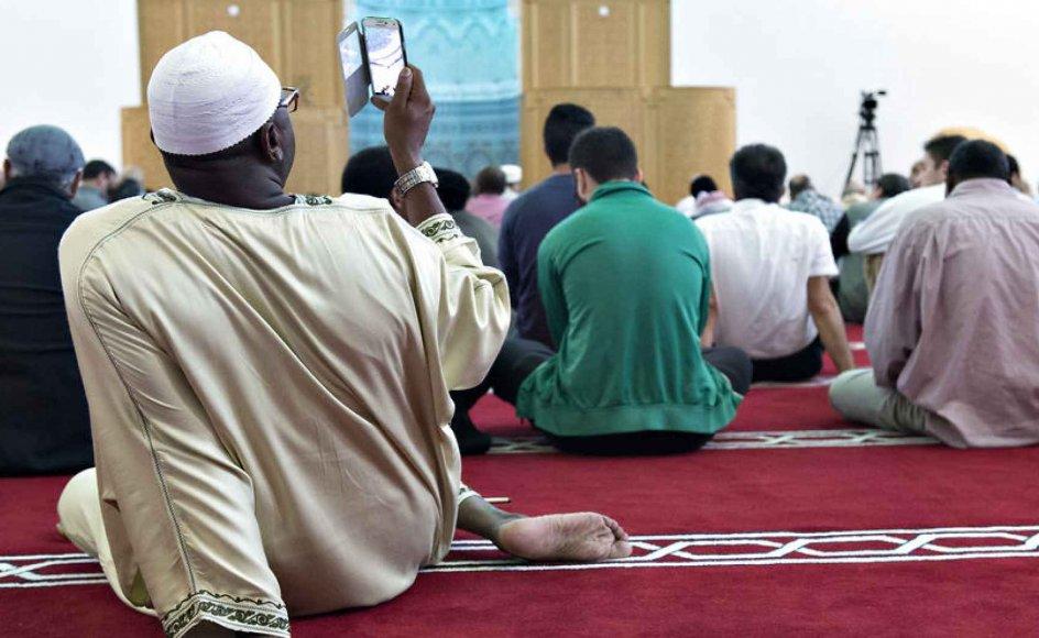 Muslimer har et moralsk ansvar for at tage afstand, når jøder bliver udsat for chikane, mener den muslimske debattør Tarek Ziad Hussein. På billedet deltager muslimer i fredagsbøn i Københavns stormoske.