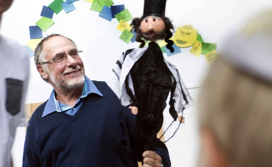 Bent Lexner har i hele sin 40-årige rabbinertid insisteret på at beholde sit kontor på den jødiske Carolineskolen i Hellerup. Lexner går altid med kalot, men der bliver sjældent råbt efter ham. Weekendens gudstjeneste i synagogen er hans sidste, inden han overlader pladsen til Jair Melchior - men omskæring af drenge vil han stadig foretage. -