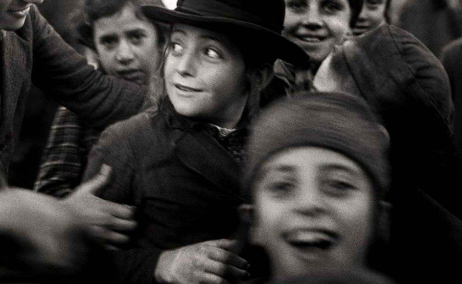 Udgiverne bag Roman Vishniacs fotografier håber, at folk vil kunne genkende nogle af menneskerne på billederne. Se et udpluk af de unikke fotografier i billedgalleriet nederst i artiklen.