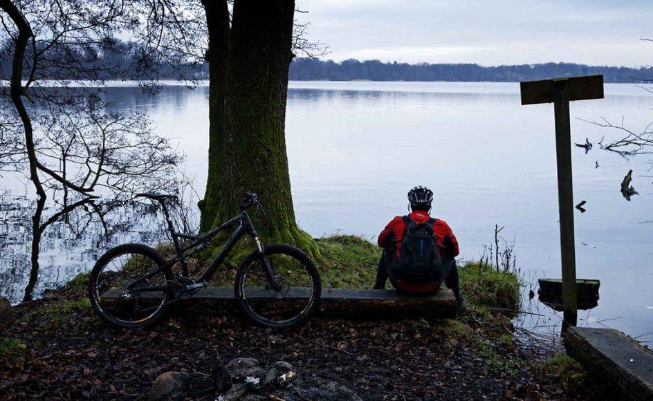 Mountainbiker nyder udsigten over Farum Sø.