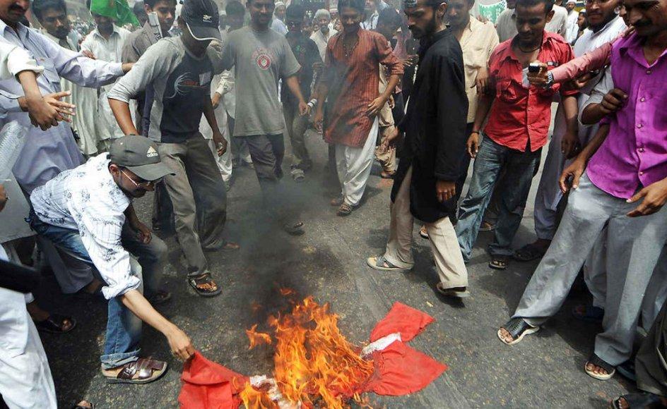 Billedet her er fra 2008 og viser muslimer i Pakistan, der brænder det danske flag.