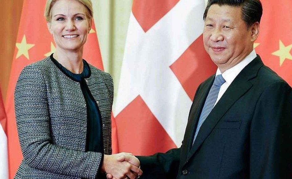 Statsminister Helle Thorning-Schmidt (S) vil både tale om menneskerettigheder og Tibet, når hun onsdag møder Kinas premierminister. Her trykker hun Kinas præsident Xi Jinping i hånden.