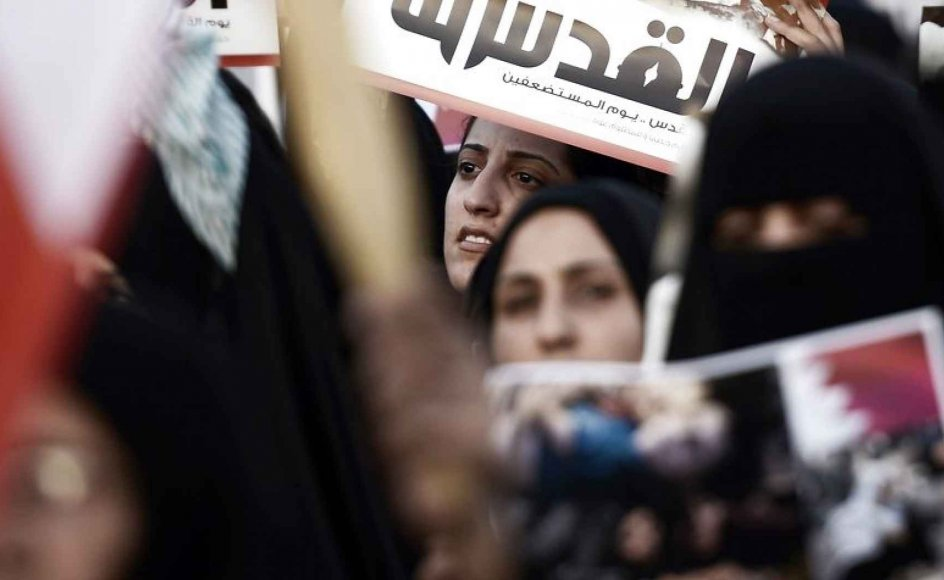 """En kvinde holder et skilt op på arabisk, hvor der står """"Jerusalem er vores"""" til en protest mod Israels militæroperation i Gaza."""