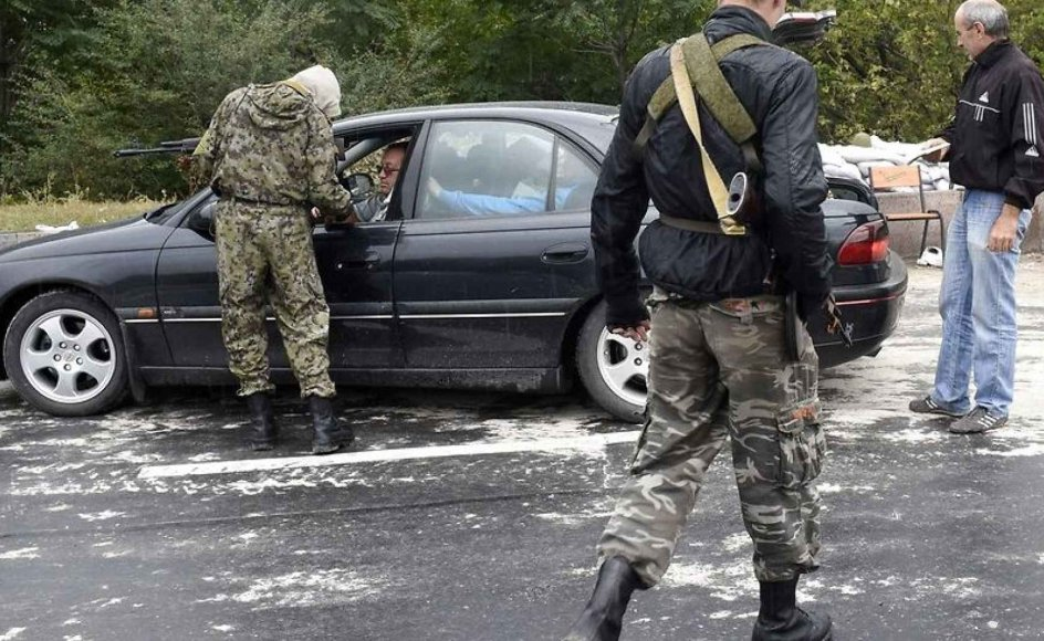 Pro-russiske separatister tjekker en bil i Donetsk.