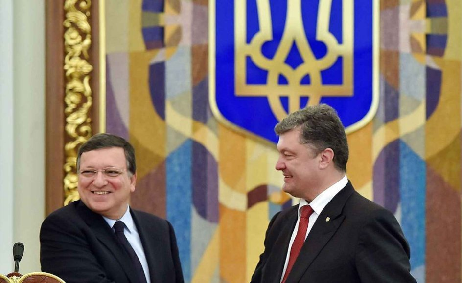 """Ukrainian President Petro Poroshenko (R) shakes hands with European Commission president Jose Manuel Barroso during a joint press conference following talks in Kiev on September 12, 2014. Barroso warned that the Ukraine ceasefire was not enough to achieve long-term peace and chided Russia over its """"unacceptable behaviour"""" in its western neighbour. AFP PHOTO/ SERGEI SUPINSKY"""