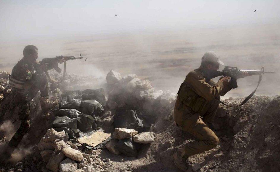 Irakisk-kurdiske peshmerga-soldater i kamp mod Islamisk Stat øst for Mosul.