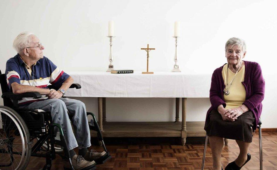 Mangfoldighedsplejehjemmet Peder Lykke Centret på Amager i København indvier i dag et fælles religiøst og kulturelt rum. I udgangspunktet er det møbleret med et træbord, og i et skab kan man hente bedetæpper, en madonnafigur, en alterdug, en bibel og en koran. Beboerne Ritta Nielsen og Erik Christiansen er begejstrede for de nye muligheder. -