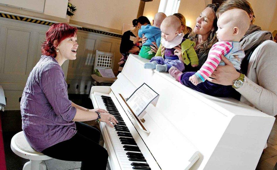 Babysalmesang giver nye kirkegængere til folkekirken, mener en præst. Her er Kirsten Stokholm i gang med babysalmesang i Nørresundby Kirke. Foto: Scanpix
