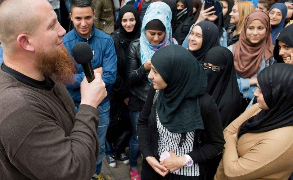 Shariapoliti er et nyt fænomen set i Tyskland, hvor selvudnævnte politimænd holder øje med overholdelse af sharia-loven. Shariapolitiet sympatiserer med de såkaldte salafister, der er en ekstremistisk organisation. Her på billedet ses den salafisten Pierre Vogel, der prædiker foran en skare i Tyskland.